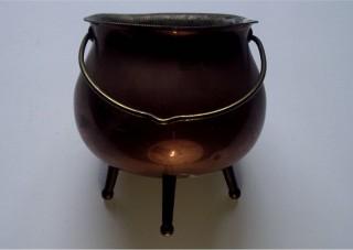 Witch's cauldron | Malcolm Lidbury www.commons.wikimedia.org